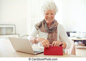 nő, öreg, neki, kinyerés, jókedvű, levéltárca, valami