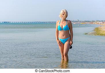 nő, alatt, egy, kék, bikini