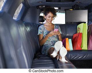 nő, alatt, limuzin, után, bevásárlás