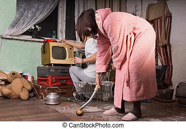 nő, alatt, rózsaszínű, köntös, takarítás, egy, mocskos szoba