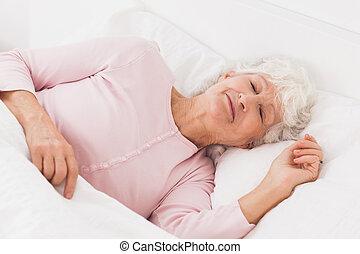 nő, alva, ágyban