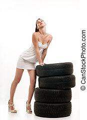 nő, autógumi