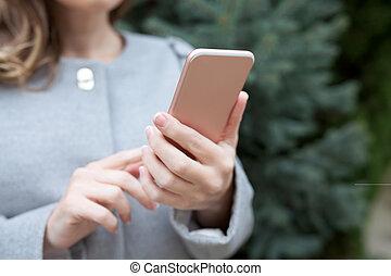 nő, az utcán, birtok, egy, rózsaszínű, telefon