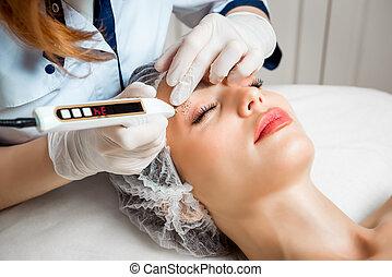 nő, bőr, kozmetikus, orvos, szépség, belövellések, fogadószoba, fiatal, rejuvenating, arc, arcápolás, eljárásmód, redőződik, gyönyörű, készítmény, simítás, rögzít
