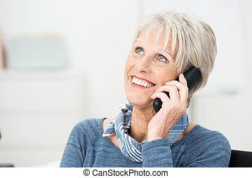 nő, beszélgető, neki, mobile telefon, idősebb ember