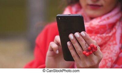 nő, beszélgető, szöveg, internet, üzenet, fiatal, telefon, legelészés, outdoors.