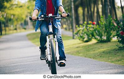 nő, biciklista, elnyomott bicikli, alatt, tropikus, liget