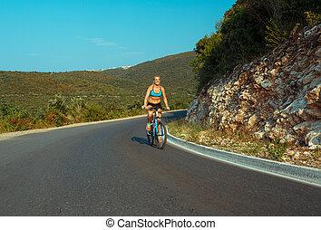 nő, biciklista, elnyomott bicikli, képben látható, egy, hegy út