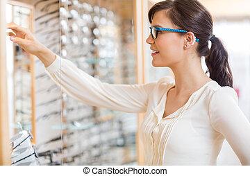 nő, bolt, látszerész, vásárlás, szemüveg