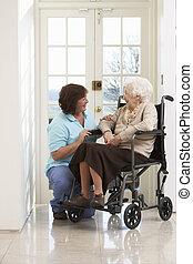 nő, carer, ülés, tolószék, meghibásodott, idősebb ember