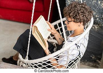 nő, casualwear, barna nő, függő, fiatal, meglehetősen, felolvasás, karosszék
