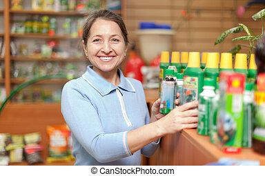 nő, chooses, mezőgazdasági, kémia, -ban, bolt