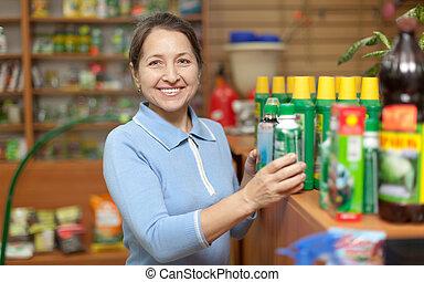nő, chooses, mezőgazdasági, vegyszerek, -ban, bolt, helyett,...
