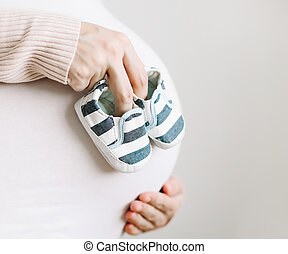 nő, cipők, terhes, csecsemő, várakozás, megható, has, anya, belly., woman., baby.