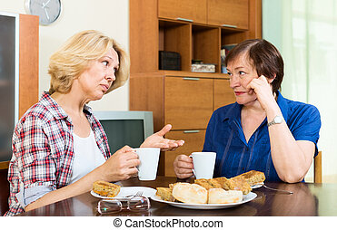 nő, csésze, tea, két, öregedő, beszéd