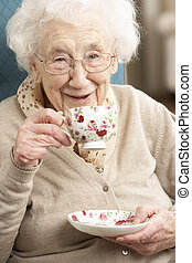 nő, csésze, tea, otthon, idősebb ember, élvez