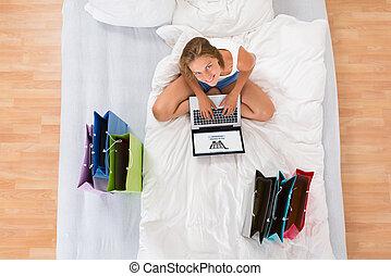 nő, cselekedet, online bevásárlás, képben látható, laptop