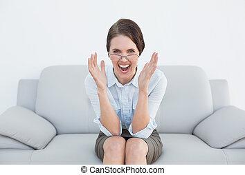 nő, displeased, öltözött, forrás, pamlag, visító
