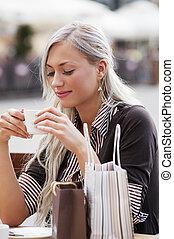nő, egyedül, alatt, egy, kávéház