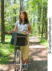 nő, elnyomott bicikli, noha, neki, kutya