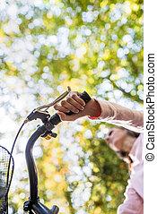 nő, elnyomott bicikli