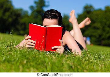nő, fű, könyv, fekvő, felolvasás