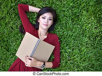 nő, fű, könyv, fekvő