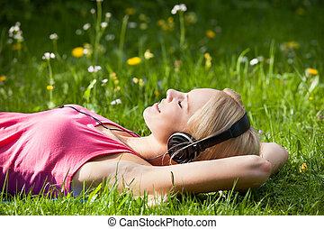 nő, fejhallgató, fiatal, zene hallgat, fű, fekvő