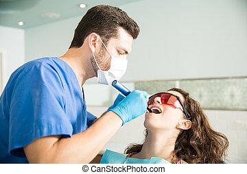 nő, felfogó, bánásmód, alapján, fogász, alatt, klinika