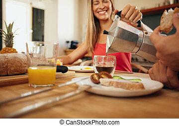 nő, felszolgálás, reggeli, ember, konyha