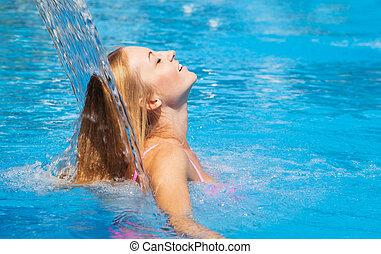 nő, fiatal, felfrissít, vízesés, alatt, kicsi, pocsolya