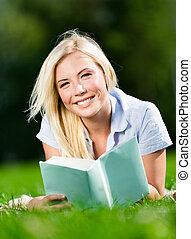 nő, fiatal, könyv, felolvasás, fű, fekvő