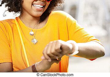 nő, göndör, ellenőriz karóra, feláll, jókedvű, becsuk