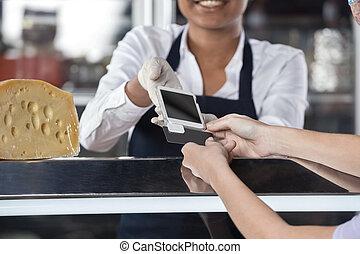 nő, gyártmány tiszteletdíj, át, hitelkártya, -ban, sajt, bolt