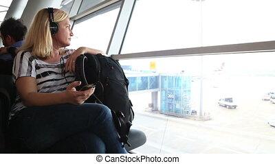 nő, hallgat hallgat zene, időz, várakozik