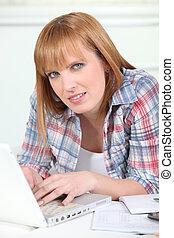 nő, használ, egy, laptop computer