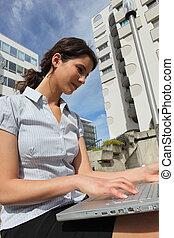nő, használt computer, szabadban