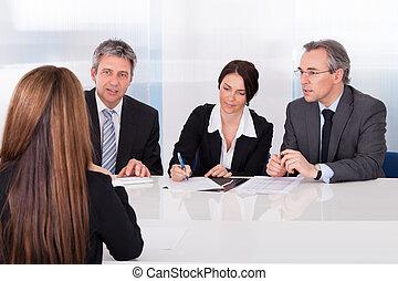 nő, interjúvolás, businesspeople