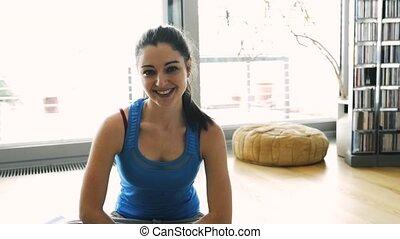 nő, jóga, pilates., fiatal, gyakorlás, vagy, otthon