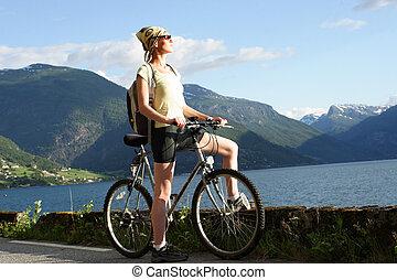 nő, képben látható, bicikli
