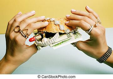 nő, kézbesít, birtok, hamburger, noha, pénz, ékszerek, kozmetikai, soc