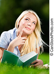 nő, könyv, felolvasás, ábrándozás, fű, fekvő