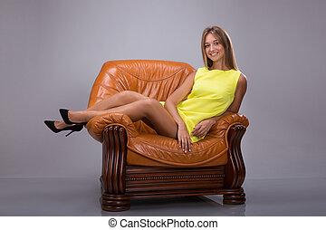 nő, karosszék, megkorbácsol, fiatal, sárga, lábak, bájos, szőke, őt ül, ruha, karfa