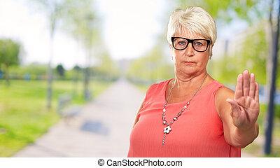 nő, kiállítás, megáll cégtábla, portré, idősebb ember