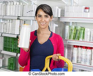 nő, kiállítás, sampon, palack, alatt, gyógyszertár