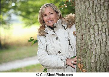 nő, ki, helyett, egy, ősz, sétál, alatt, a, erdő