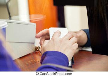 nő, kiegyenlít, át, smartphone, -ban, jegypénztár