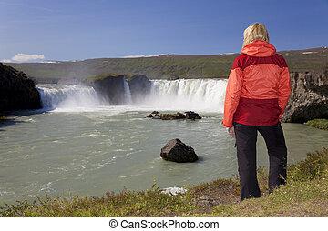 nő, kiránduló, -ban, godafoss, vízesés, izland