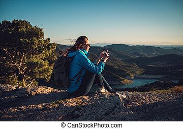 nő, kiránduló, képben látható, egy, tető, közül, egy, hegy