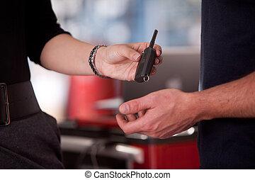 nő, kulcs, szerelő, átadó